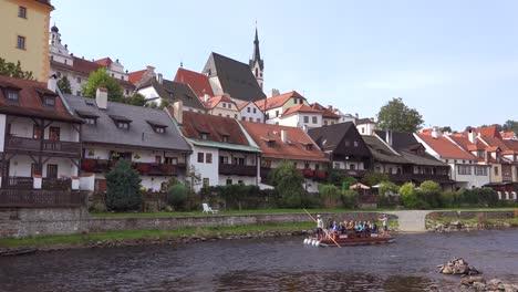 Ein-Kleines-Floß-Fährt-In-Cesk-Einen-Fluss-Hinunter___´©-Krumlov-Ein-Hübsches-Kleines-Böhmisches-Dorf-In-Der-Tschechischen-Republik