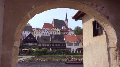 Flussszene-Mit-Floß-Vorbei-In-Cesk___´©-Krumlov-Ein-Hübsches-Kleines-Böhmisches-Dorf-In-Der-Tschechischen-Republik