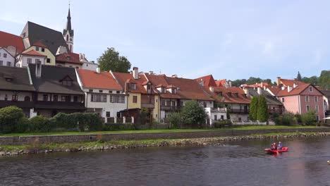 Flussszene-Mit-Kajak-Vorbei-In-Cesk___´©-Krumlov-Ein-Schönes-Kleines-Böhmisches-Dorf-In-Der-Tschechischen-Republik