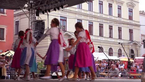 Hermosos-Niños-En-Trajes-Nativos-Bailan-En-Cesk___-Krumlov-Un-Pequeño-Y-Encantador-Pueblo-Bohemio-En-La-República-Checa