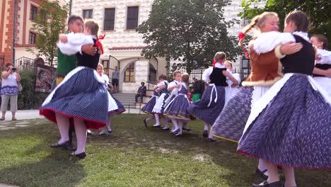 Schöne-Junge-Leute-In-Einheimischer-Tracht-Tanzen-In-Cesk-Krumlov-Ein-Schönes-Kleines-Böhmisches-Dorf-In-Der-Tschechischen-Republik