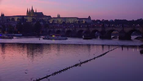 Hermosa-Atardecer-Estableciendo-Tiro-De-La-Costa-Del-Río-Vltava-En-Praga-República-Checa