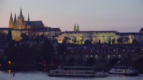 Hermosa-Atardecer-Establecimiento-De-Tiro-Del-Puente-De-Carlos-Sobre-El-Río-Vltava-En-Praga-República-Checa-2