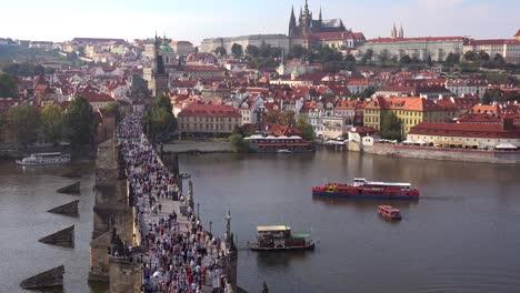 Hermoso-Día-Estableciendo-Tiro-Multitudes-Cruzando-El-Puente-De-Carlos-Sobre-El-Río-Vltava-En-Praga-República-Checa-2