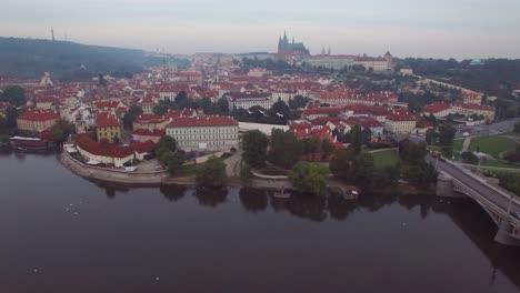Una-Alta-Antena-Sobre-Praga-República-Checa-Y-El-Puente-De-Carlos