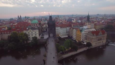 Una-Alta-Antena-Sobre-Praga-República-Checa-Y-El-Puente-De-Carlos-1