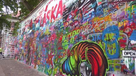 El-Arte-De-Graffiti-Decora-El-Muro-De-La-Libertad-De-Expresión-De-John-Lennon-En-Praga-República-Checa-1