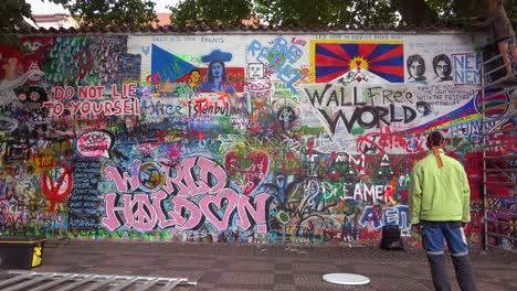 El-Arte-De-Graffiti-Decora-El-Muro-De-La-Libertad-De-Expresión-De-John-Lennon-En-Praga-República-Checa-2