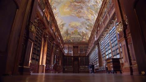 Das-Kloster-Strahov-In-Prag-Tschechien-Umfasst-Eine-Der-Schönsten-Antiken-Bibliotheken-Der-Welt
