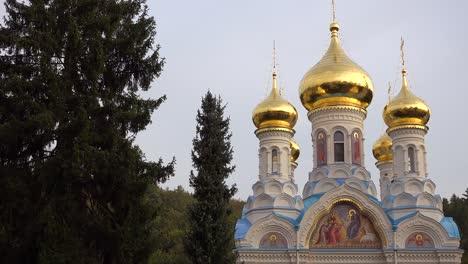 Russisch-orthodoxe-Kathedrale-Zwiebeltürme-Stehen-In-Der-Stadt-Karlovy-Vary-Tschechien-