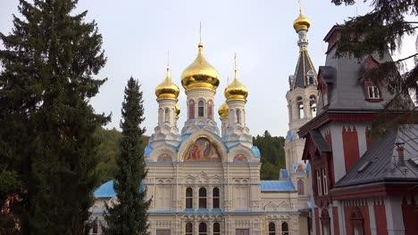 La-Catedral-Ortodoxa-Rusa-De-Cúpulas-En-Forma-De-Cebolla-De-Pie-En-La-Ciudad-De-Karlovy-Variar-República-Checa-1
