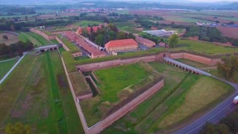 Eindringliche-Antenne-über-Dem-Nazi-Konzentrationslager-Theresienstadt-In-Tschechien-1