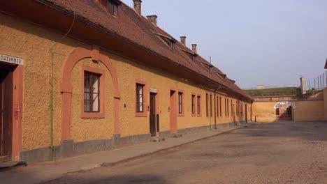 Lange-Häuserzeilen-Beherbergten-Häftlinge-Des-Nazi-Konzentrationslagers-Theresienstadt-In-Tschechien-1