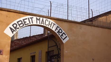 Auf-Einem-Schild-Im-Konzentrationslager-Terezin-In-Tschechien-Steht-Arbeit-Macht-Frei-Arbeit-Macht-Frei