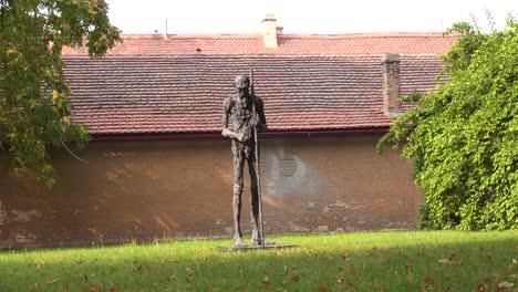 Eine-Skulptur-Steht-Im-Konzentrationslager-Theresienstadt-In-Tschechien-1