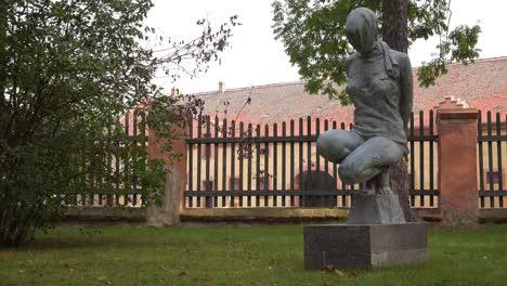 Eine-Skulptur-Steht-Im-Konzentrationslager-Theresienstadt-In-Tschechien-2