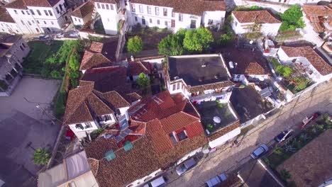Buena-Toma-Aérea-De-Casas-Antiguas-En-La-Ladera-De-Berat-Albania-5