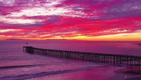 Una-Asombrosa-Atardecer-Toma-Aérea-Sobre-Un-Largo-Muelle-Y-El-Océano-Pacífico-Y-Las-Islas-Del-Canal-En-Ventura-California-Del-Sur