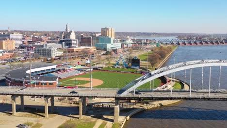 Buena-Antena-De-Drone-Toma-De-Establecimiento-De-Las-Ciudades-De-Davenport-Quad-Iowa-Y-El-Río-Mississippi-En-Primer-Plano-2