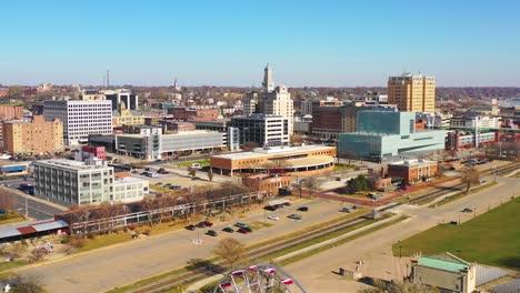 Buena-Antena-De-Drone-Toma-De-Establecimiento-De-Davenport-Quad-Cities-Iowa-Y-El-Río-Mississippi-En-Primer-Plano-4