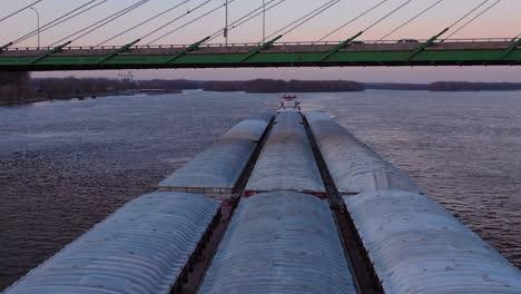Imágenes-Aéreas-De-Drones-De-Una-Enorme-Barcaza-Que-Viajaba-Bajo-Un-Puente-De-La-Autopista-En-El-Río-Mississippi-Cerca-De-Burlington-Iowa-1