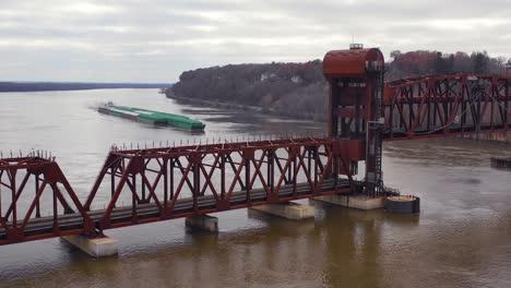 Imágenes-Aéreas-De-Drones-De-Una-Enorme-Barcaza-Que-Viajaba-Bajo-Un-Puente-Levadizo-De-Ferrocarril-Sobre-El-Río-Mississippi-Cerca-De-Burlington-Iowa
