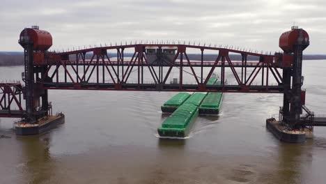 Imágenes-Aéreas-De-Drones-De-Una-Enorme-Barcaza-Que-Viajaba-Bajo-Un-Puente-Levadizo-De-Ferrocarril-Sobre-El-Río-Mississippi-Cerca-De-Burlington-Iowa-1