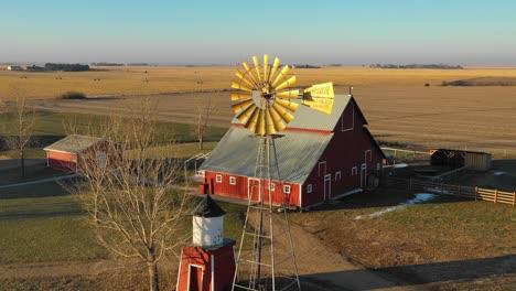Eine-Drohnenantenne-Die-über-Eine-Klassische-Schöne-Bauernhausfarm-Und-Scheunen-Im-Ländlichen-Mittelwesten-Amerikas-York-Nebraska-Geschossen-Hat-4