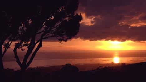 Una-Hermosa-Toma-De-Lapso-De-Tiempo-Al-Atardecer-Del-Océano-Pacífico-Cerca-De-Ventura-California
