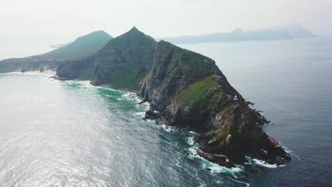 Una-Notable-Toma-Aérea-Del-Cabo-De-Buena-Esperanza-Y-Cabo-Point-Donde-Los-Océanos-índico-Y-Atlántico-Se-Encuentran-En-El-Extremo-Sur-De-Sudáfrica-3