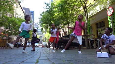 Los-Niños-Negros-Bailan-En-Las-Calles-Del-Centro-De-Ciudad-Del-Cabo-Sudáfrica-1-Los-Niños-Negros-Bailan-En-Las-Calles-Del-Centro-De-Ciudad-Del-Cabo-Sudáfrica-1