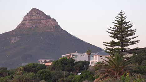 Nice-houses-line-the-cliffs-at-Camps-Bay-Cape-Town-South-Africa-with-Lion\-s-Head-peak-background