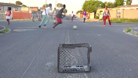 Los-Niños-Juegan-Fútbol-En-Las-Calles-De-Un-Municipio-De-Sudáfrica-1