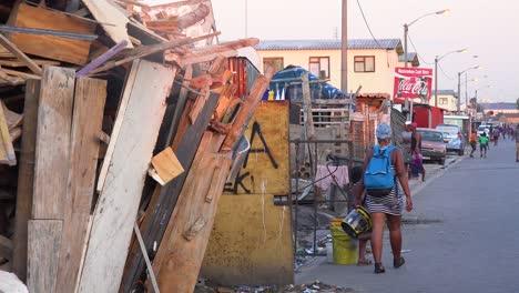 La-Gente-Los-Peatones-Y-Los-Automóviles-En-Las-Concurridas-Calles-Del-Centro-De-Un-Municipio-Sudafricano-Gueto-O-Tugurio-Gugulethu-2