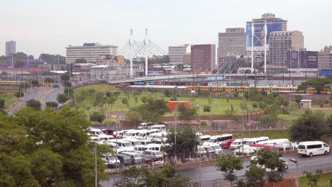 Aufnahme-Von-Johannesburg-In-Südafrika-Mit-Nelson-Mandela-Bridge-Und-Personenzug-Vordergrund-1