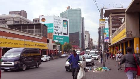 Menschen-Gehen-Auf-Den-Straßen-In-Der-Innenstadt-Von-Johannesburg-Südafrika-Mit-Müll-Und-Müll-Herum