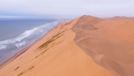 Impresionante-Toma-Aérea-Sobre-Las-Vastas-Dunas-De-Arena-Del-Desierto-De-Namib-A-Lo-Largo-De-La-Costa-De-Los-Esqueletos-De-Namibia-8