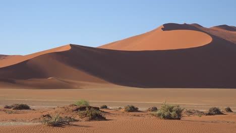 Buen-Disparo-De-Establecimiento-De-Namib-Naukluft-National-Park-En-El-Desierto-De-Namib-Y-Enormes-Dunas-De-Arena-Namibia