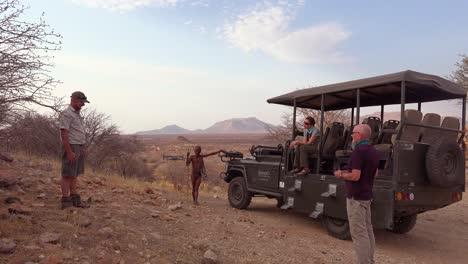 Un-Turista-Lanza-Un-Dron-Con-Guía-Nativa-Y-Guía-De-Viaje-En-Un-Safari-En-África