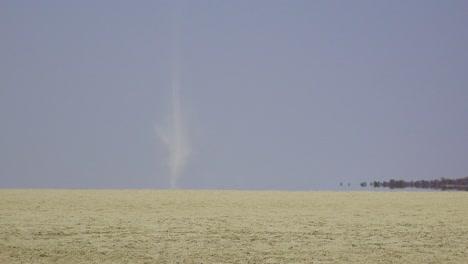 Un-Diablo-De-Polvo-Sopla-A-Través-De-La-Sartén-De-Etosha-Seca-Y-Desolada-En-Namibia