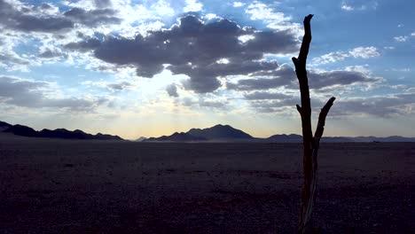 Hermoso-Lapso-De-Tiempo-De-Nubes-Moviéndose-A-Través-Del-Desierto-De-Namib-Cerca-De-Sossusvlei-Al-Atardecer-En-Namibia
