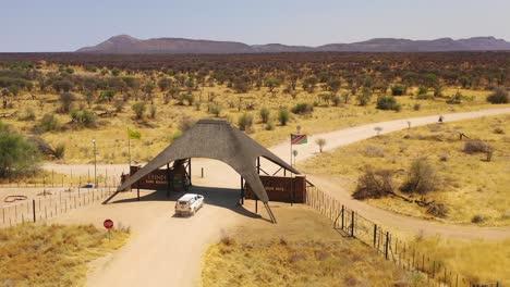 Antena-De-Un-Camión-O-Vehículo-De-Safari-Que-Llega-A-La-Puerta-Principal-De-La-Reserva-Erindi-O-Parque-Natural-Vallado-Namibia-1