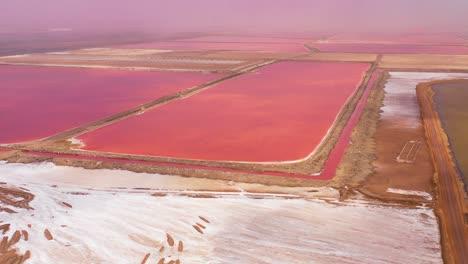 Hermosa-Antena-Sobre-Rojo-Brillante-Y-Rosa-Salinas-Granjas-Cerca-De-Walvis-Bay-Namibia
