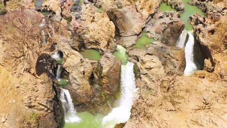 Una-Hermosa-Antena-Sobre-Epupa-Falls-En-La-Frontera-De-Angola-Y-Namibia-áfrica-3