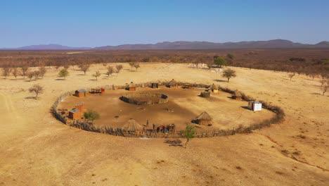 Schöne-Antenne-über-Einer-Runden-Himba-afrikanischen-Stammessiedlung-Und-Familienverbindung-In-Nord-Namibia-Afrika-2