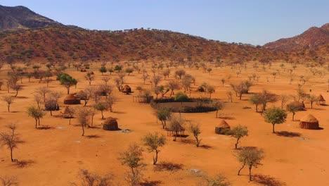 Niedrige-Antenne-über-Einer-Himba-afrikanischen-Stammessiedlung-Und-Familienverbindung-In-Nord-Namibia-Afrika-1