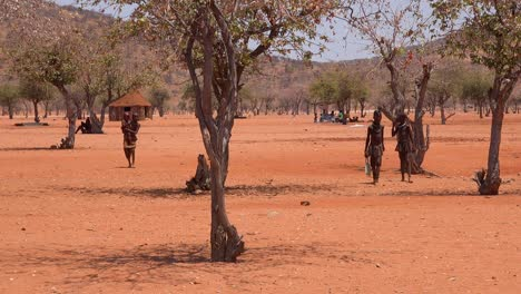 Small-poor-African-Himba-village-on-the-Namibia-Angola-border-with-mud-huts-and-children-2