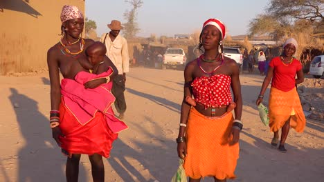 Two-African-tribal-women-pose-in-a-marketplace-in-the-market-town-of-Opuwo-Namibia-1