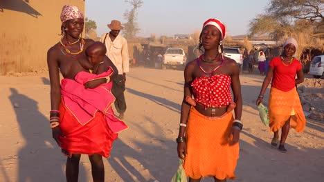 Dos-Mujeres-Tribales-Africanas-Plantean-En-Un-Mercado-En-La-Ciudad-Comercial-De-Opuwo-Namibia-1