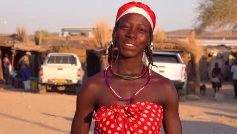 Sonriente-Mujer-Tribal-Africana-Retrato-De-Cerca-En-Una-Región-De-La-Tribu-Himba-De-Opuwo-Namibia
